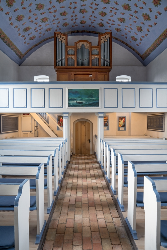 Inselkirche Blick zur Orgel mit Rosenhimmel