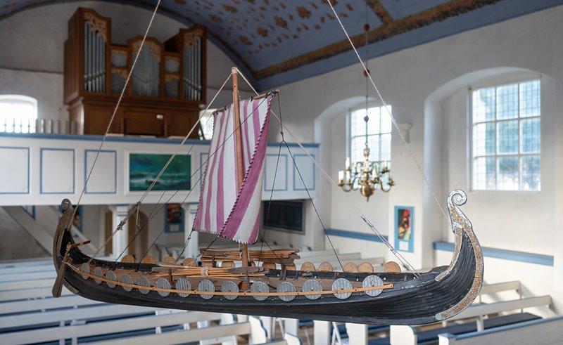 Wikingerboot in der Inselkirche